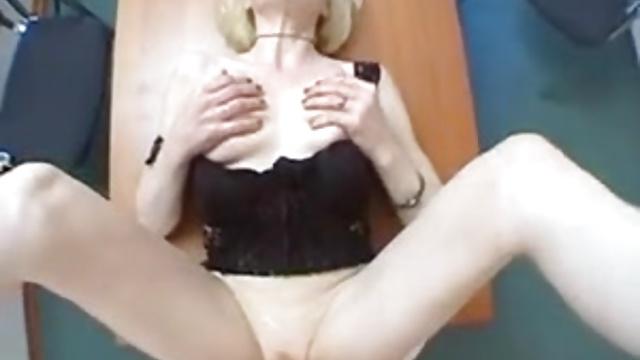 Горячая блондинка играет с собой, а затем получает