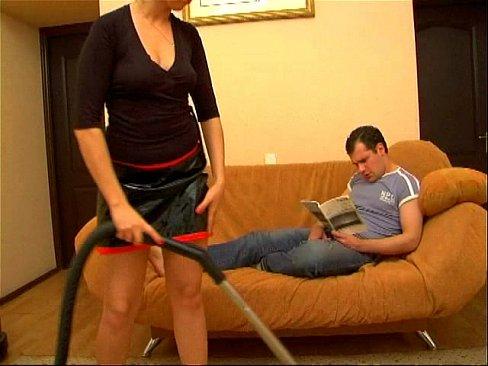 Жена во время уборки захотела секса