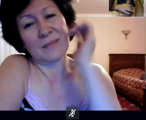 Бабушка из Казахстана Смотрит как я играю в скайпе