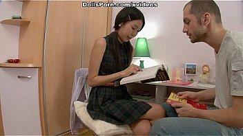Реальная азиатская кукла с любвью пользуется горячей сценой секса 1