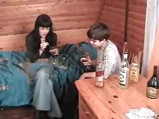 Студент первокурсник напоил зрелую русскую блядь и выебал