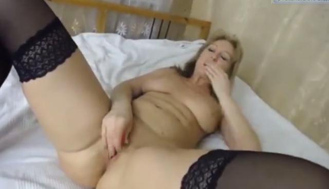 Зрелая русская женщина шалит с дилдо в секс-чате