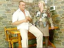 Сумасшедший любительский секс зрелой с качером на столе