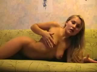 русская девушка мастурбирует для камеры