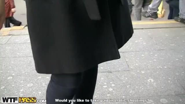 Пикапнутая русская девушка ебет двух парней