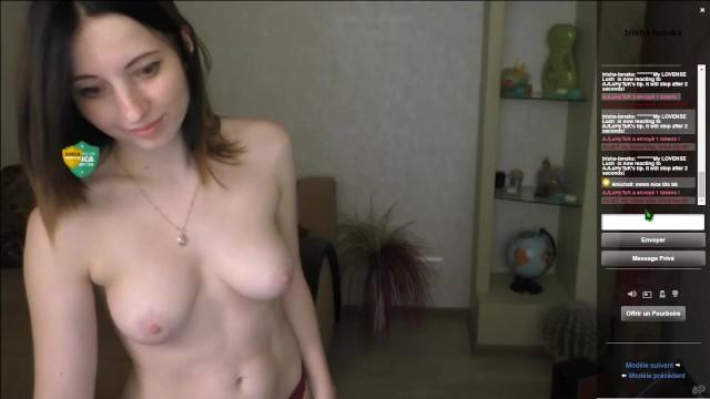 Сексуальная черноволосая російська дівчина показує свої сиськи на вебcam