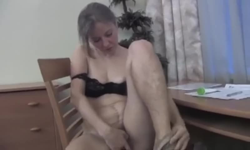 Ольга шурудит свою киску крепко и быстро!