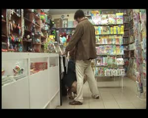Бомж трахает зрелую русскую продавщицу в магазине