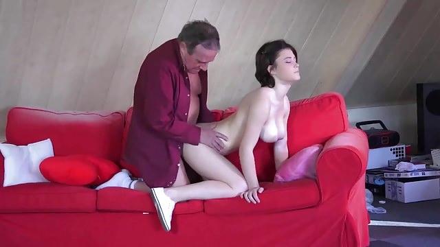 Молодая русская грудастая девственница начищает пенис старого чувака