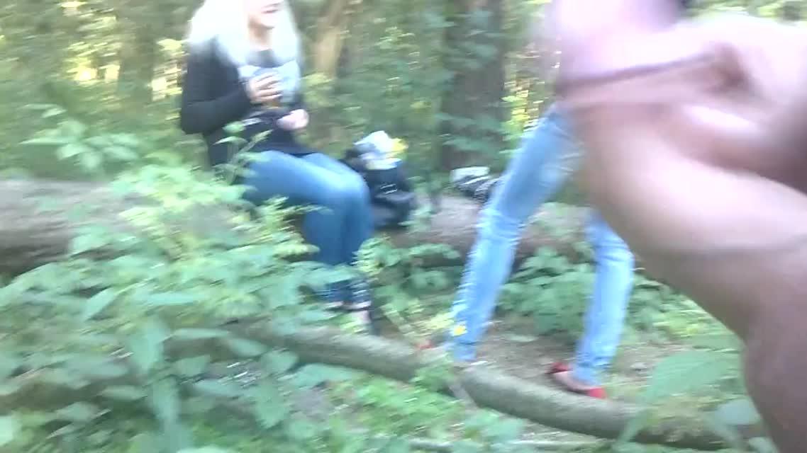 Коротенький клипак о том как дрочер Сашка передернул на девушек в лесу.
