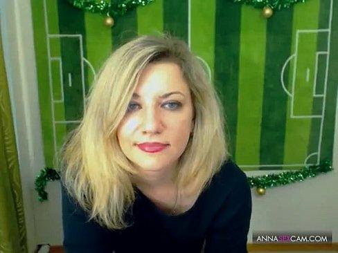 Секси Блондинка мастурбирует на веб-камеру