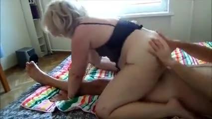 Зрелая мадемуазель скачет на члене любовника