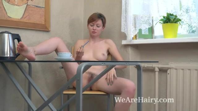 Ginta раздевается и мастурбирует волосатую киску со своим кофе