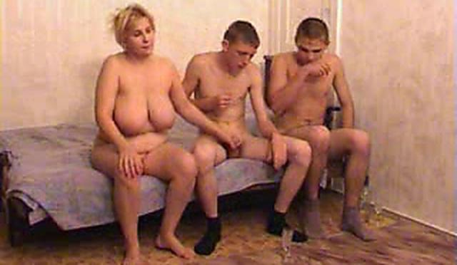 Русская зрелая Вероника ублажает сына с его другом
