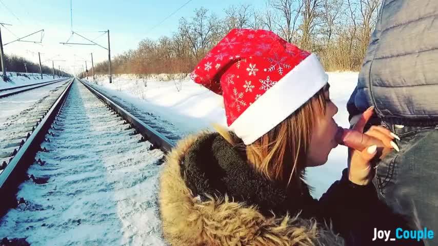 Зимний открытый любительский минет на железной дороге