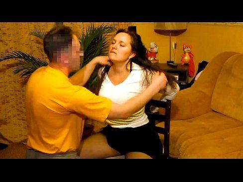 Привязанной на стуле жене дал член отсосать