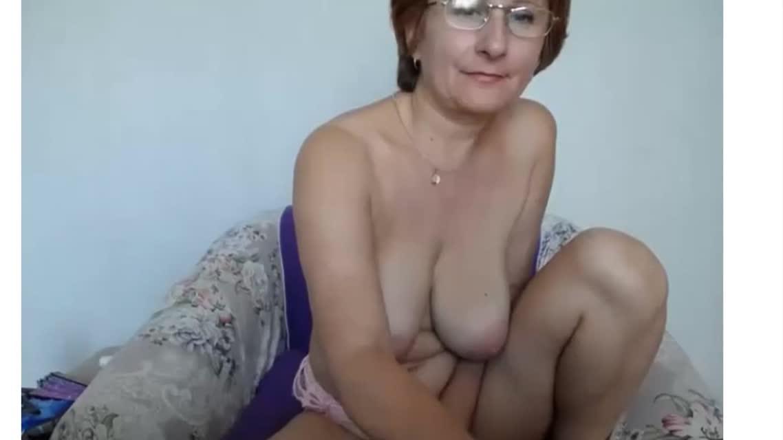 Грудастая зрелая баба в эрочате сверкает сиськами