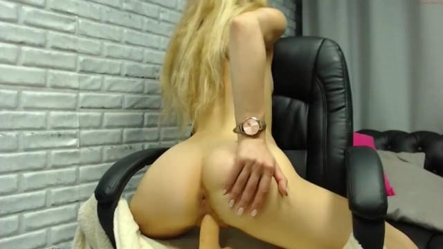 Щоб стати популярною, блондинка на камеру вставила в пизду дилдо і пальчиками дійшла до оргазму