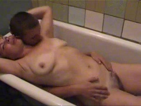 Молодой парень с блондинкой пожилой в ванной