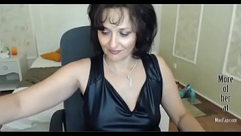 Горячая бабуля в коже перед вебкамерой