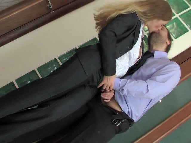 Diana вышла на перекур с Lesley за одно он и засадил ей в попку