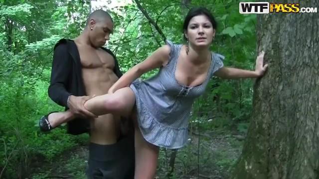 милая русская девушка подняла юбку и трахнулась на открытом воздухе двумя парнями