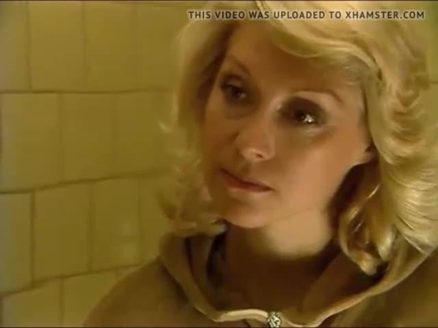Ирина Мирошниченко голая моется в душе