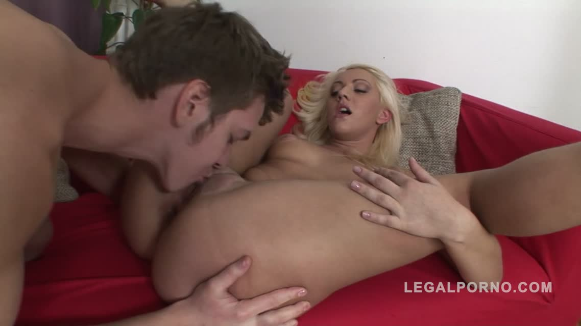 Горячая блондинка Юлия оттрахана в задницу на легале