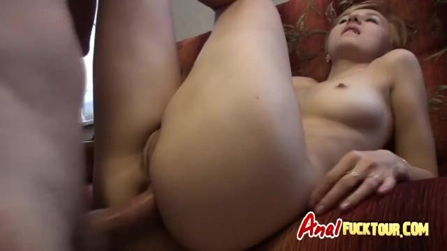 Російська дівчина з великою попкою отримує анальний секс