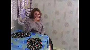 Русская зрелая Ariela развлекается с молодым ухажёром
