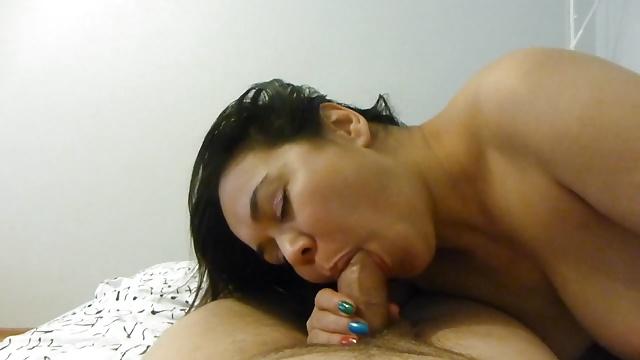 Жена смачно сосет