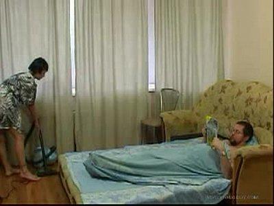 Молодая дочь уборка комнаты и трахается старым отцом