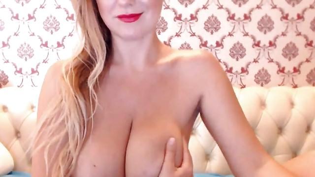 Красавица с натуральными буферами будоражит порно сайты
