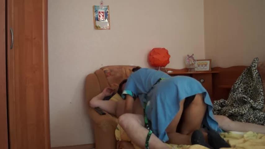 Минет на диване от жены
