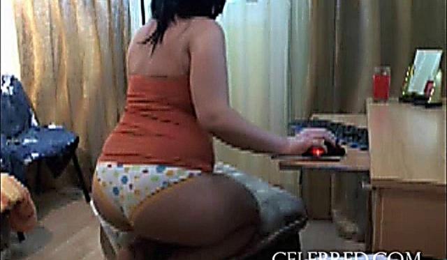 Домашняя любительская брюнетка чулки до попки на вебкамеру
