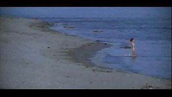 Майя Эглит голая на пляже - Бешеное золото (1976)