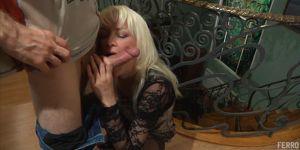 С блондинкой Kathleen на лестнице секс