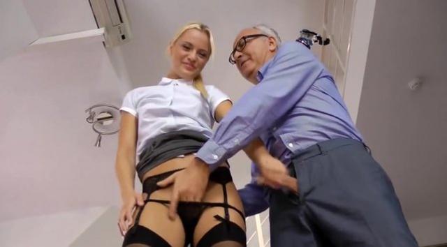 Секси секретарь выебанная старым ублюдком