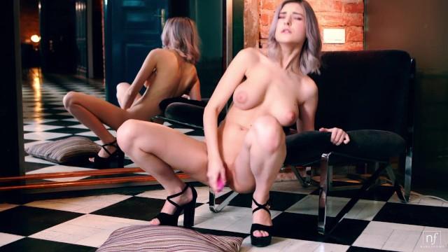 Красавица Eva Elfie снимает черное белье и мастурбирует свою выбритую киску