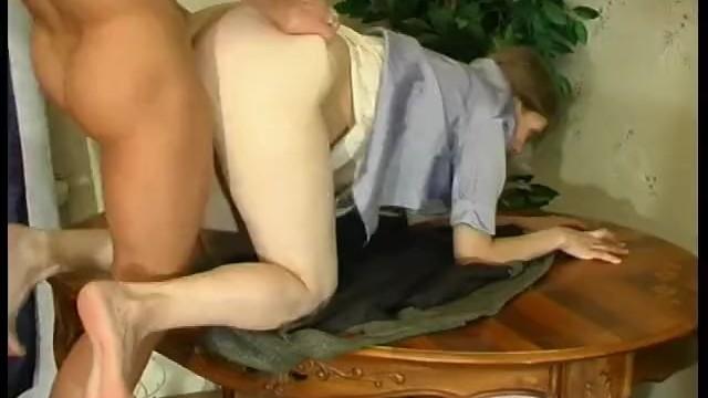 Русская краля в чулка оттрахана боссом на полу в офисе.