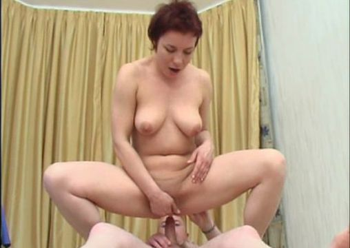 Лысый парень трахает задницу сексуальной суки Этель - бесплатное порно