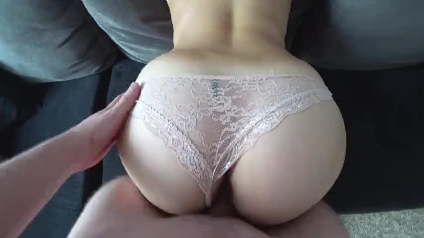 Девушке кончают спермой на её большую задницу