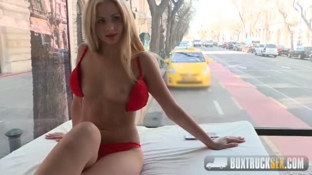Русская блондинка сосет большой член в общественных местах