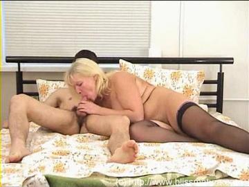 Русская зрелая блондинка в чулках с мальчиком