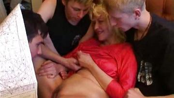 Русскую пьяную мамку трахает сын с друганами.