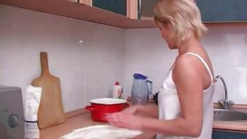 Сынок помог маме с тестом на кухне и она отплатила своей мандой.
