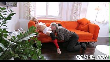 Молодой профуре дед вылизал писю и поимел на диване