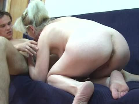 Сын с зрелкой сосутся трахаются на диване