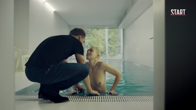 Дарья Мороз выпрыгивая из бассейна светит грудью