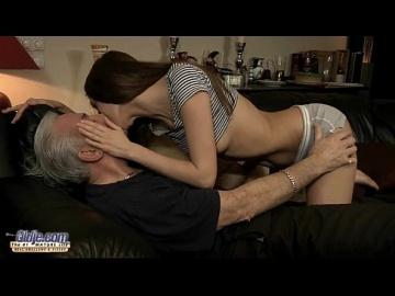 Старикан трахает молодую неряшливую девку в попку!